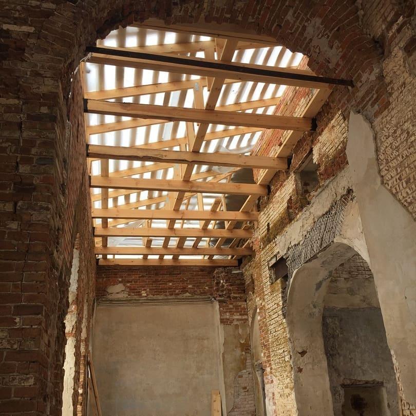 В храме Всех Святых села Таволожка Петровского района продолжаются ремонтно-восстановительные работы, приостановленные в конце февраля из-за сильных морозов