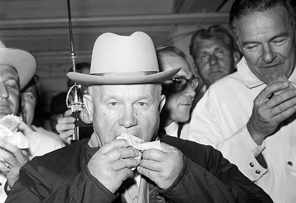 Реплики Хрущёва на выставке авангардистов: - Что это Почему нет одного глаза Это же морфинистка какая-то!- Что это за безобразие, что за уроды Где автор- Как вы могли так представить революцию