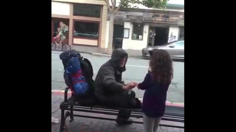 Мала нагодувала безпритульного