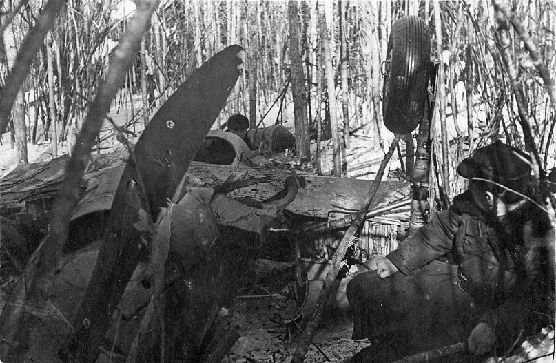Февраль 1942 года. СССР. На месте падения самолета ЛаГГ-3 В.В. Силантьева.  Архив В.И. Петрова
