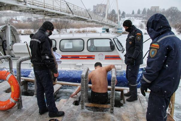 В этом году, в Азове , 2150 человек пришли к организованной на реке Азовке проруби