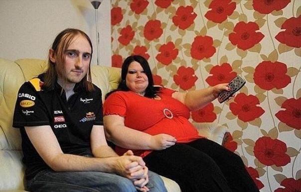 43-летняя жительница Великобритании известна как самая ревнивая женщина в мире. Ежедневно, даже после похода в магазин, ее 31-летний муж проходит тест на детекторе лжи, а на телевизор женщина