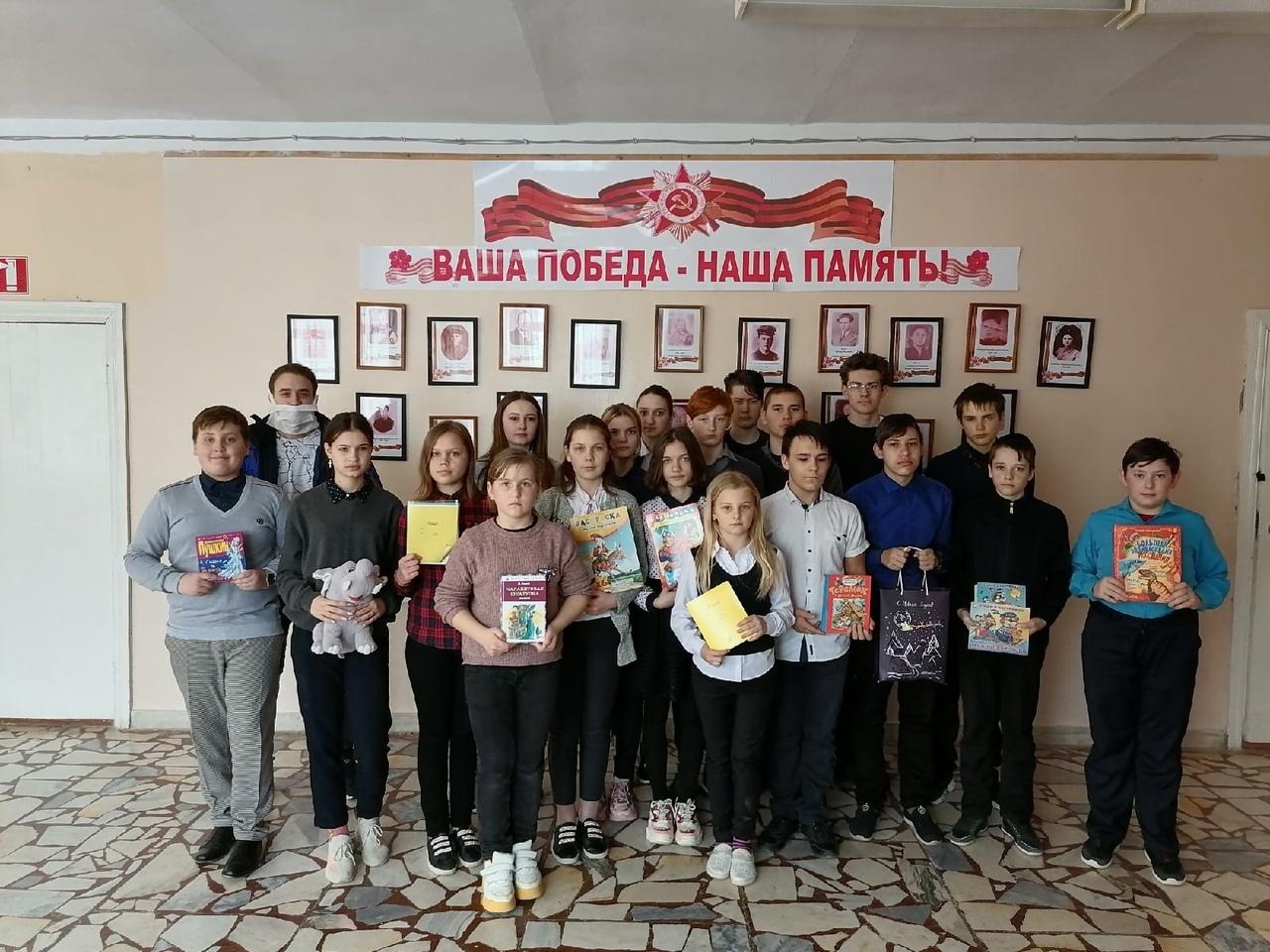Волонтёры школы №7 города Петровска присоединились к акции «Коробка счастья»
