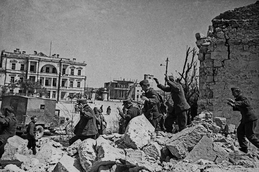 Пленные немцы. Севастополь.  Май 1944