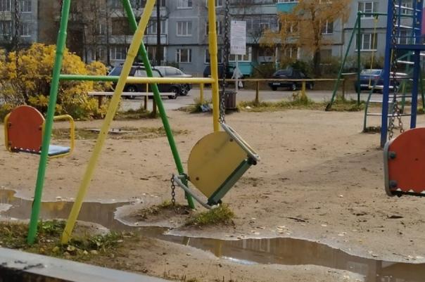 Житель сам починил площадку на улице своего однофа...