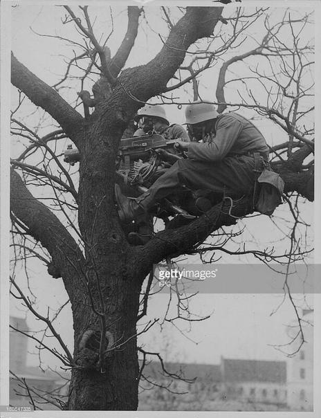 Немецкие (австрийские) пулемётчики на учениях; 1939-й год. Пулемётное гнездо.