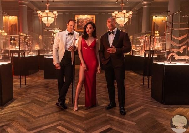 Дуэйн Джонсон, Галь Гадот и Райан Рейнольдс на кадре со съемок фильма «Красный циркуляр» от Netflix