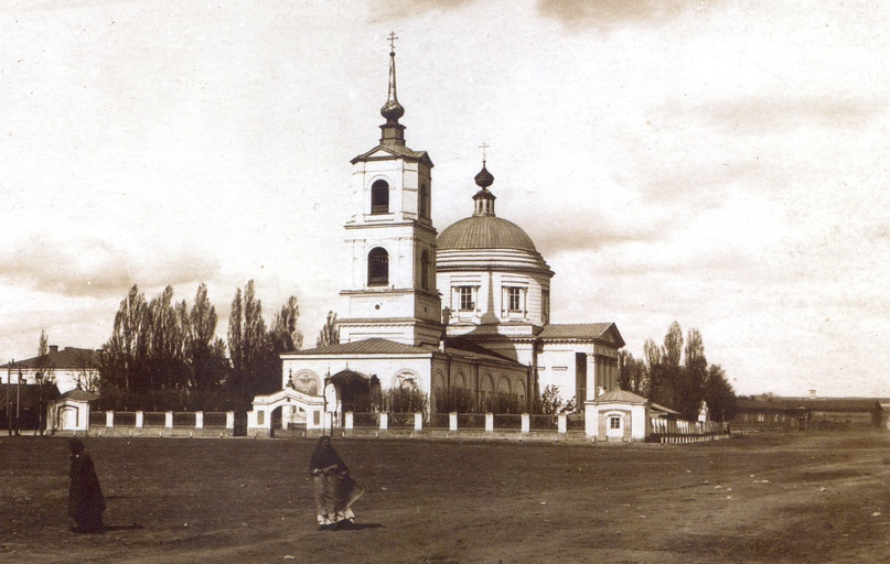 Площадь и новая Крестовоздвиженская церковь