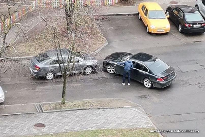 Принципиальность и куча свободного времени? В Минске больше часа двое водителей...