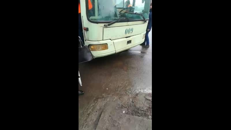 Троллейбус прокатил пассажиров с деньгами