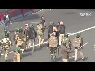 Материал РБК о протестах фермеров в Индии: тракторы против полицейских и массовые драки.