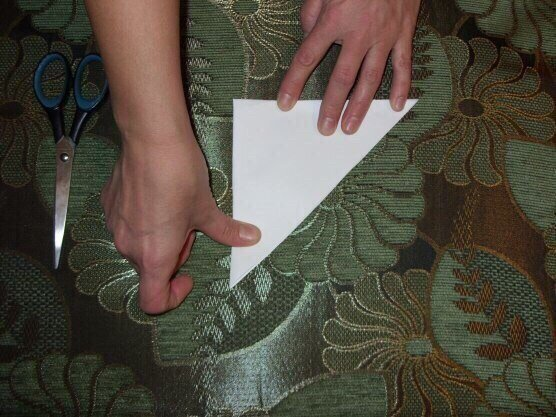 Вы можете сделать пушистую снежинку. Так просто, а как красиво! Сохраните, чтобы не забыть Вырезаем квадрат из листа бумаги. Сгибаем его по диагонали.Затем сгибаем получившийся треугольник