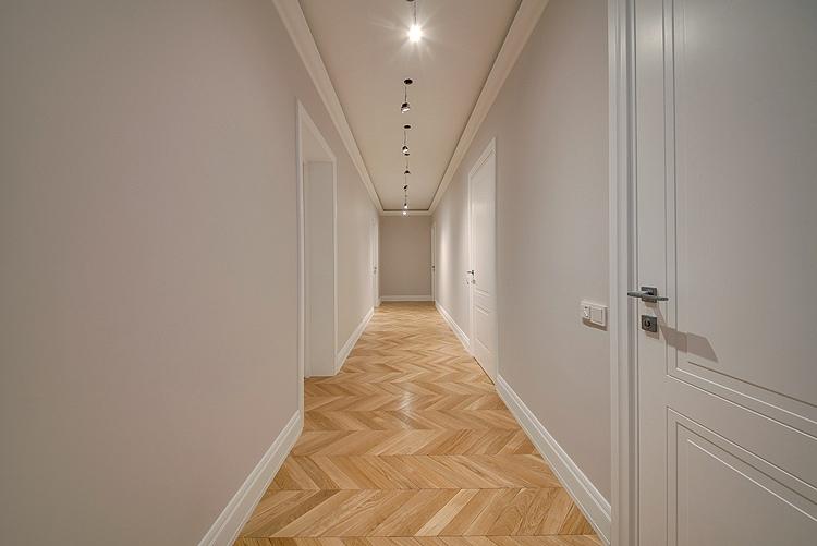 светлый просторный коридор с паркетом