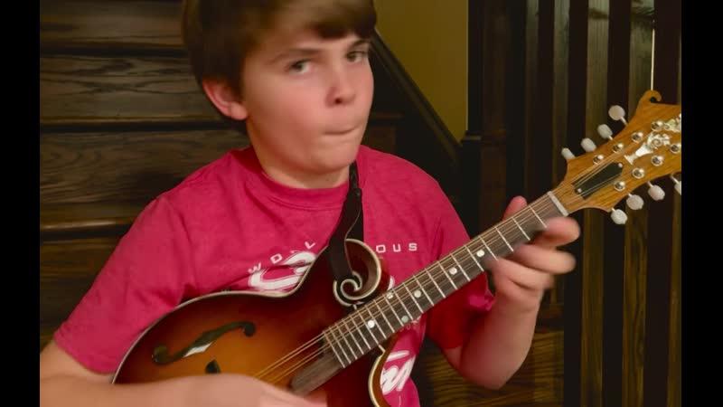 Уайатт Эллис, 11 лет, играет на мандолине Гибсона